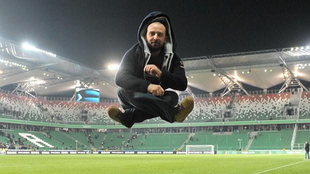 """Wojciech Mecwaldowski lewituje na planie serialu """"Usta usta"""" /Agencja W. Impact"""