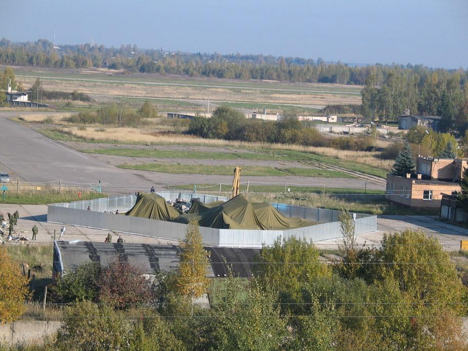 Wrak tupolewa pod brezentem (październik 2010 r.) /Przemysław Marzec /RMF FM