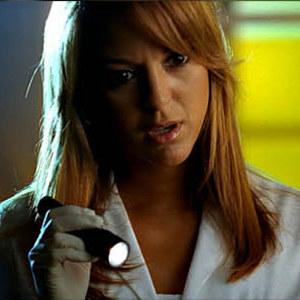"""Zbieranie dowodów. Kadr z  serialu """"CSI: Kryminalne zagadki Miami"""" /"""