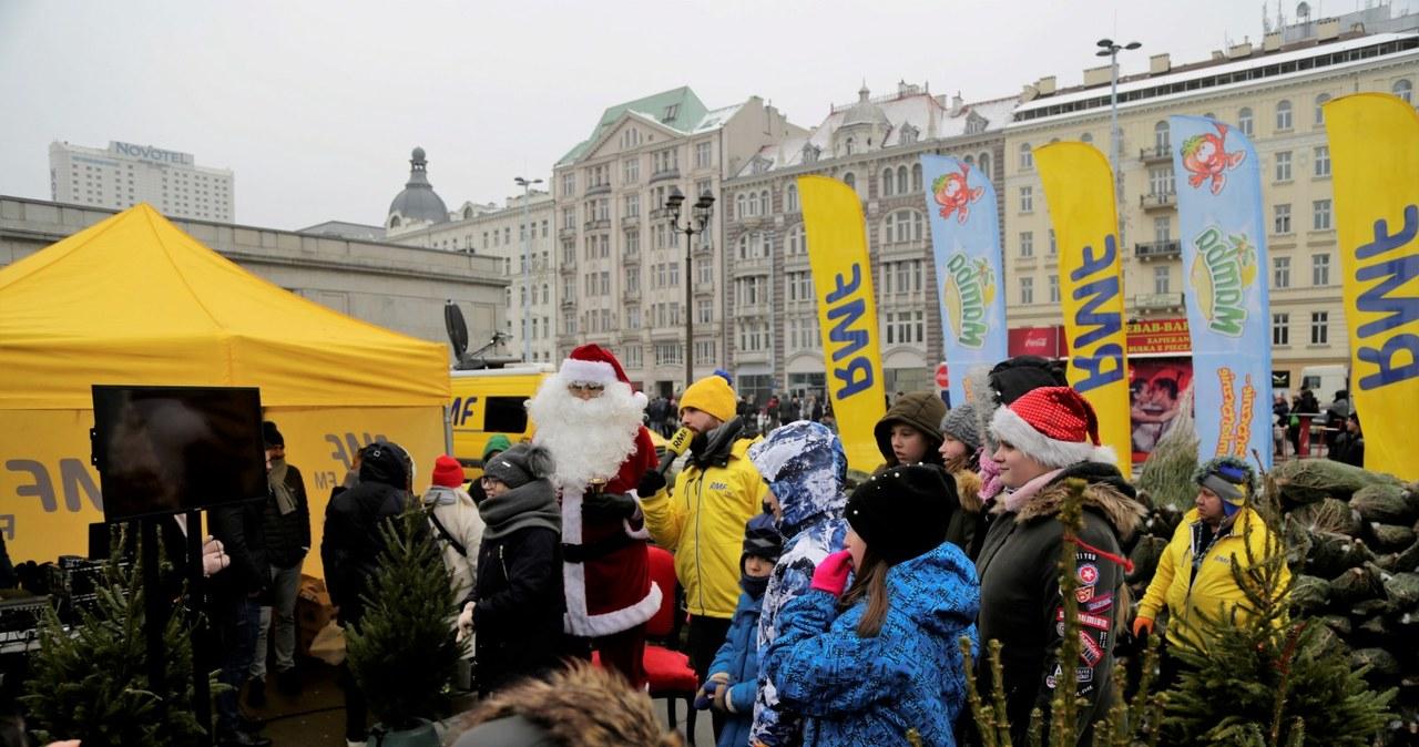 """""""Choinki pod choinkę"""" w Warszawie.Tysiąc drzewek trafiło do mieszkańców stoilcy"""