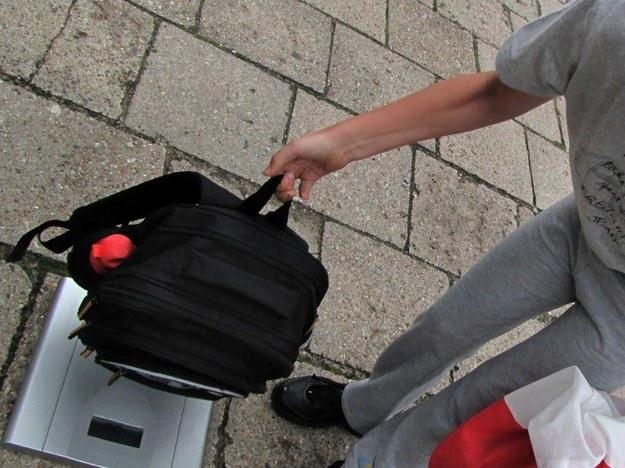 """""""Ciężki"""" los uczniów, codziennie noszą w tornistrach kilka kilogramów"""