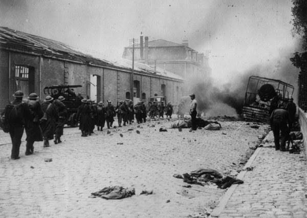 1 czerwca 1940 r. - kolumna brytyjskich żołnierzy na ulicach bombardowanej przez Niemców Dunkierki /Keystone/Getty Images