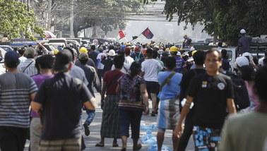 """""""Epoka kamienia się skończyła, nie boimy się waszych gróźb"""". Protesty w Mjanmie"""