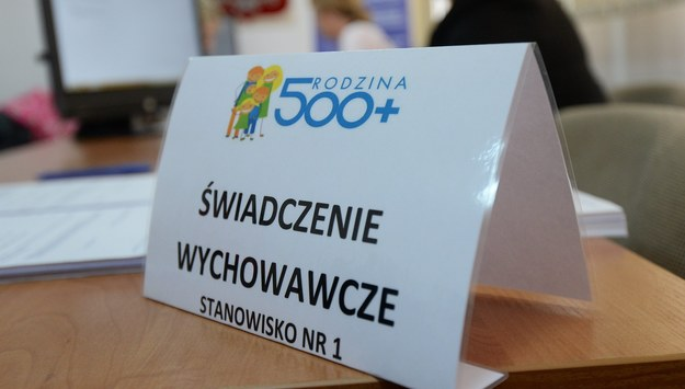 """""""Gazeta Wyborcza"""": Jedzenie zamiast pieniędzy z 500+. Przez niezaradność rodziców"""
