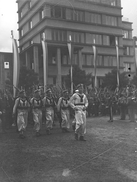 Startuje Marsz Szlakiem 1 Kompanii Kadrowej. Drużyny (na pierwszym planie drużyna marynarzy) przed Domem Legionisty na Oleandrach 6 08. 1939