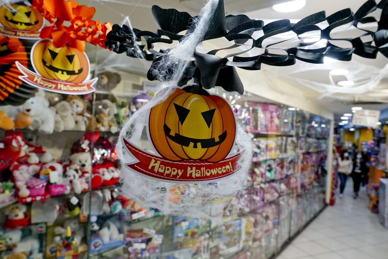 """""""Kretynizm"""". Ostre słowa o zabawach halloweenowych w dobie pandemii"""