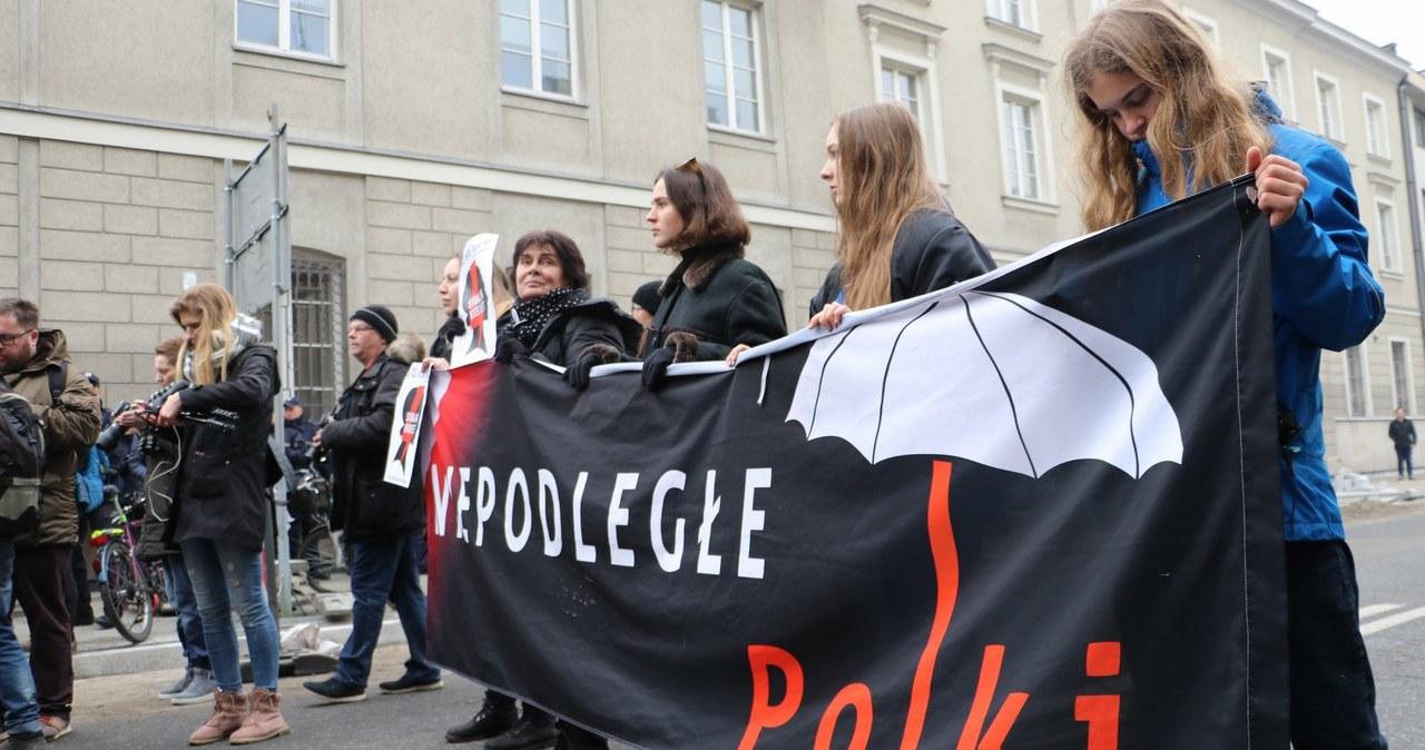 """""""Make abortion great again"""", """"Politycy, marsz z kaplicy"""". Trwa demonstracja """"Czarny piątek"""""""