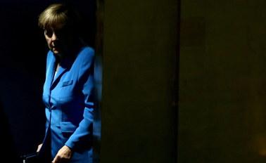 """""""Merkel w defensywie"""". Za otwarcie wobec uchodźców niemiecka kanclerz płaci spadkami w sondażach"""