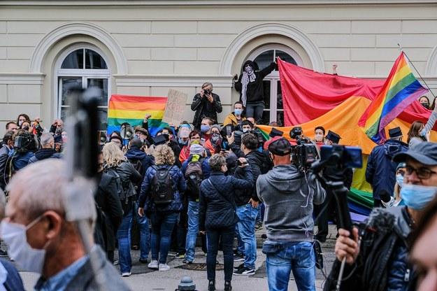 """""""Naczelny homofob"""", """"ma krew na rękach"""". Protest przeciwko Dudzie"""