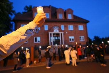 """""""Nie zgadzamy się na milczenie Kościoła i państwa"""". Protest przed kurią w Kaliszu"""