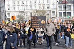 """""""Niech zamknięte szkoły otworzą ludziom oczy"""". Nauczyciele manifestują w Warszawie"""