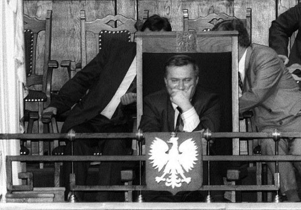 Prezydent Lech Wałęsa przysłuchuje się obradom w Sejmie. Obok: Mieczysław Wachowski i rzecznik Andrzej Drzycimski, 04.06.1992