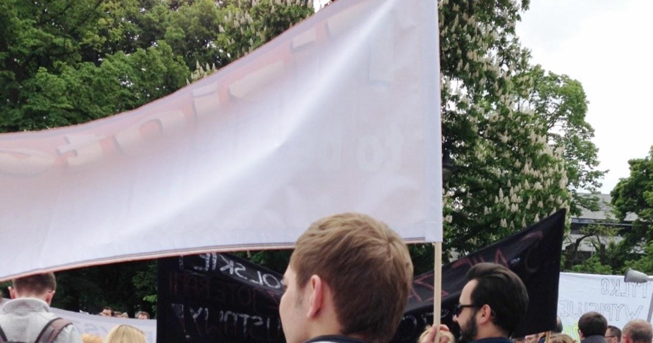 """""""Nowelizacja to emigracja"""". Fizjoterapeuci protestowali przed Sejmem"""