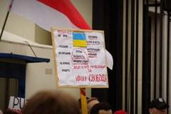 """""""Putin precz!"""". Manifestacja przed ambasadą Rosji w Warszawie"""