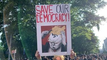 """""""Trump jest rasistą. Nigdy nie powinien zostać prezydentem"""". Tysiące ludzi znowu na ulicach Waszyngtonu"""