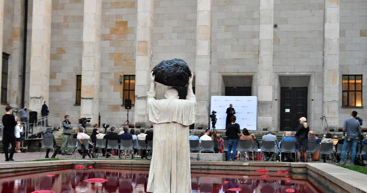 """""""W tej rzeźbie jest bardzo dużo smutku"""". Przed Muzeum Narodowym odsłonięto instalację """"Zatrute źródł"""