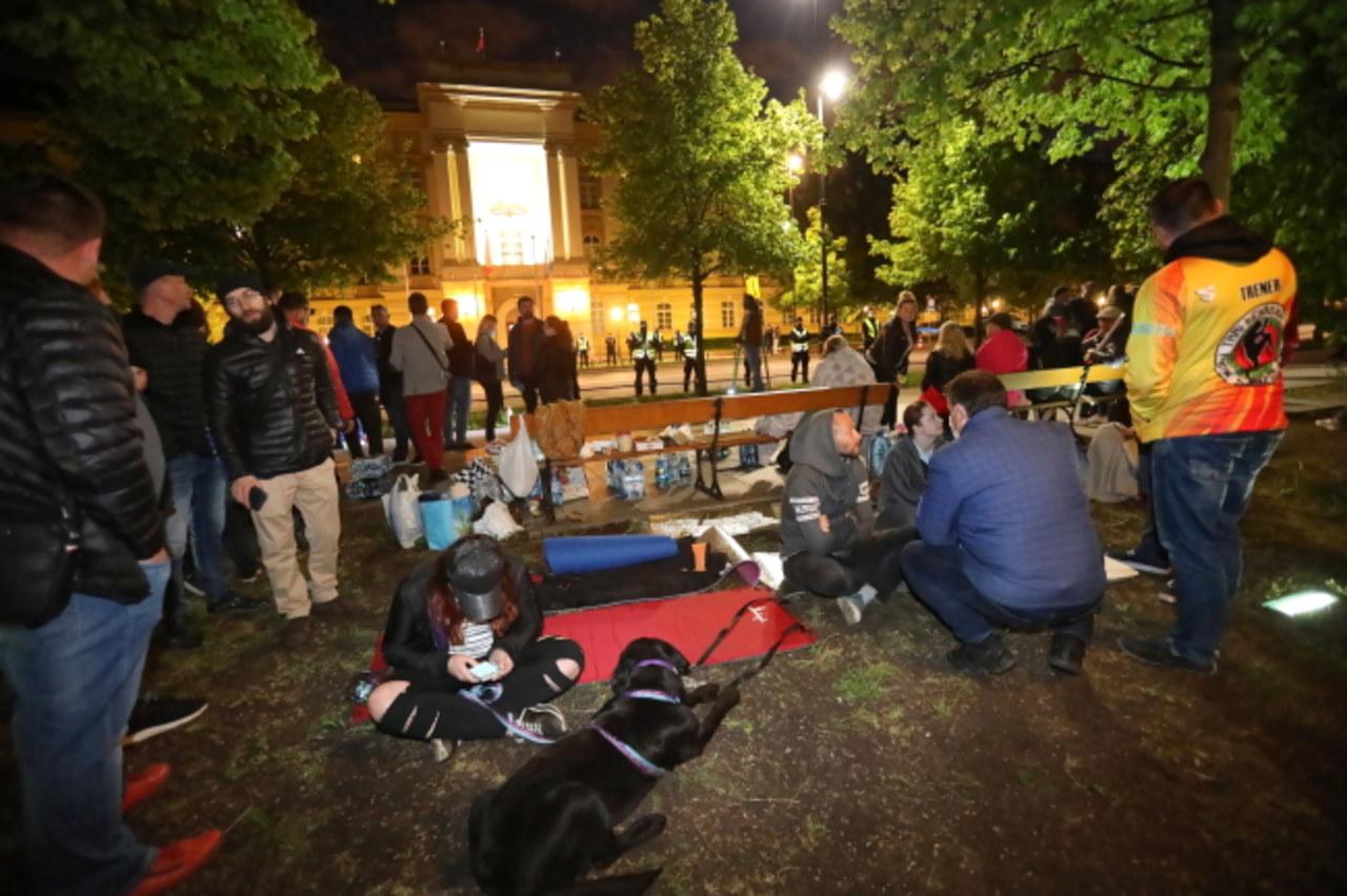 """""""Zostaniemy tu na noc"""". Protest przedsiębiorców w Warszawie"""