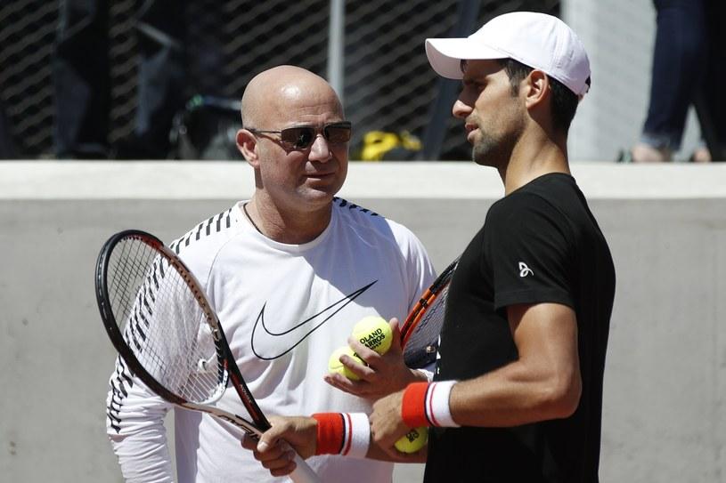 Andre Agassi (z lewej) doradza Novakowi Djokoviciowi /AFP