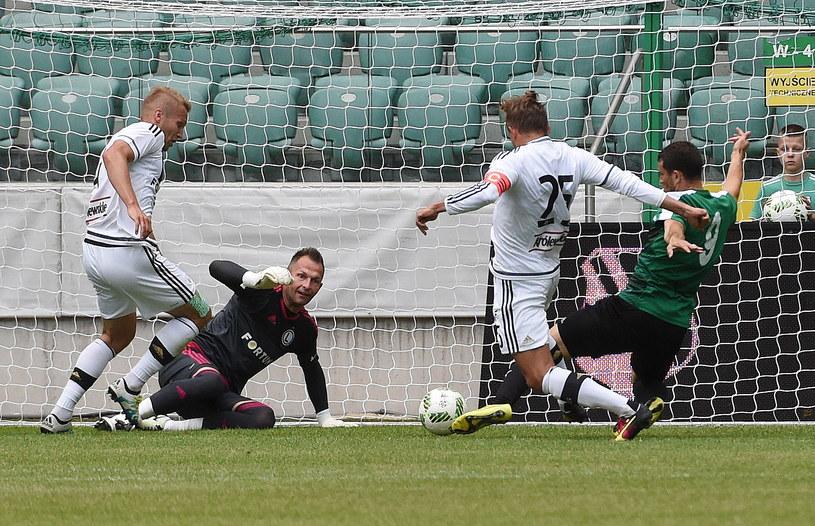 Andre Alves (w zielonym stroju) zdobywa bramkę /Radek Pietruszka /PAP