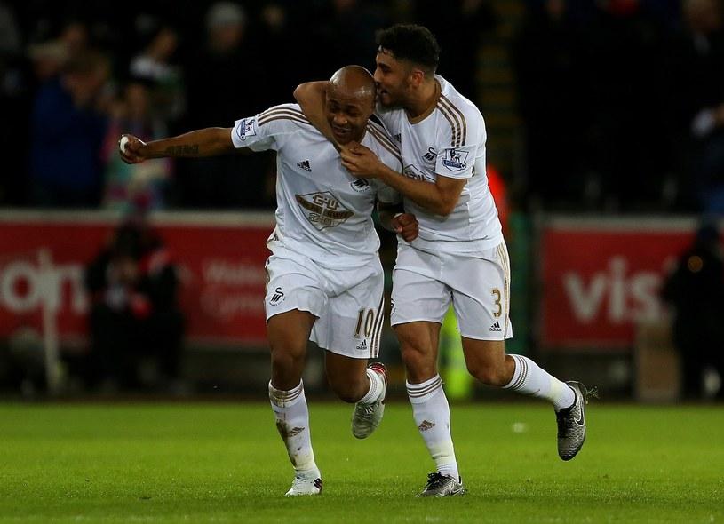 Andre Ayew (z lewej) strzelił dwa gole w meczu z Liverpoolem /AFP