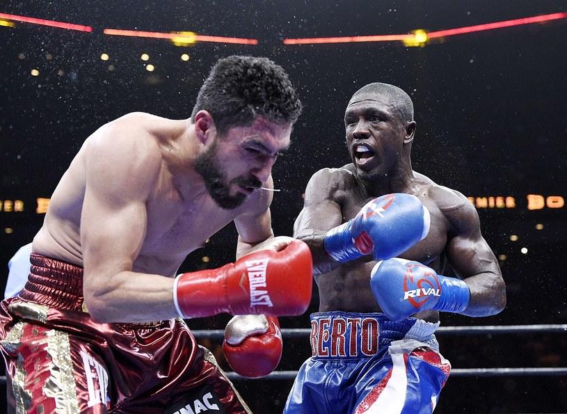Andre Berto (z prawej) okłada Josesito Lopeza. /AFP