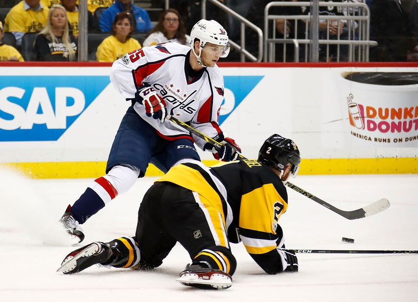 Andre Burakovsky strzelił dwa gole w szóstym meczu z Pittsburgh Penguins /AFP