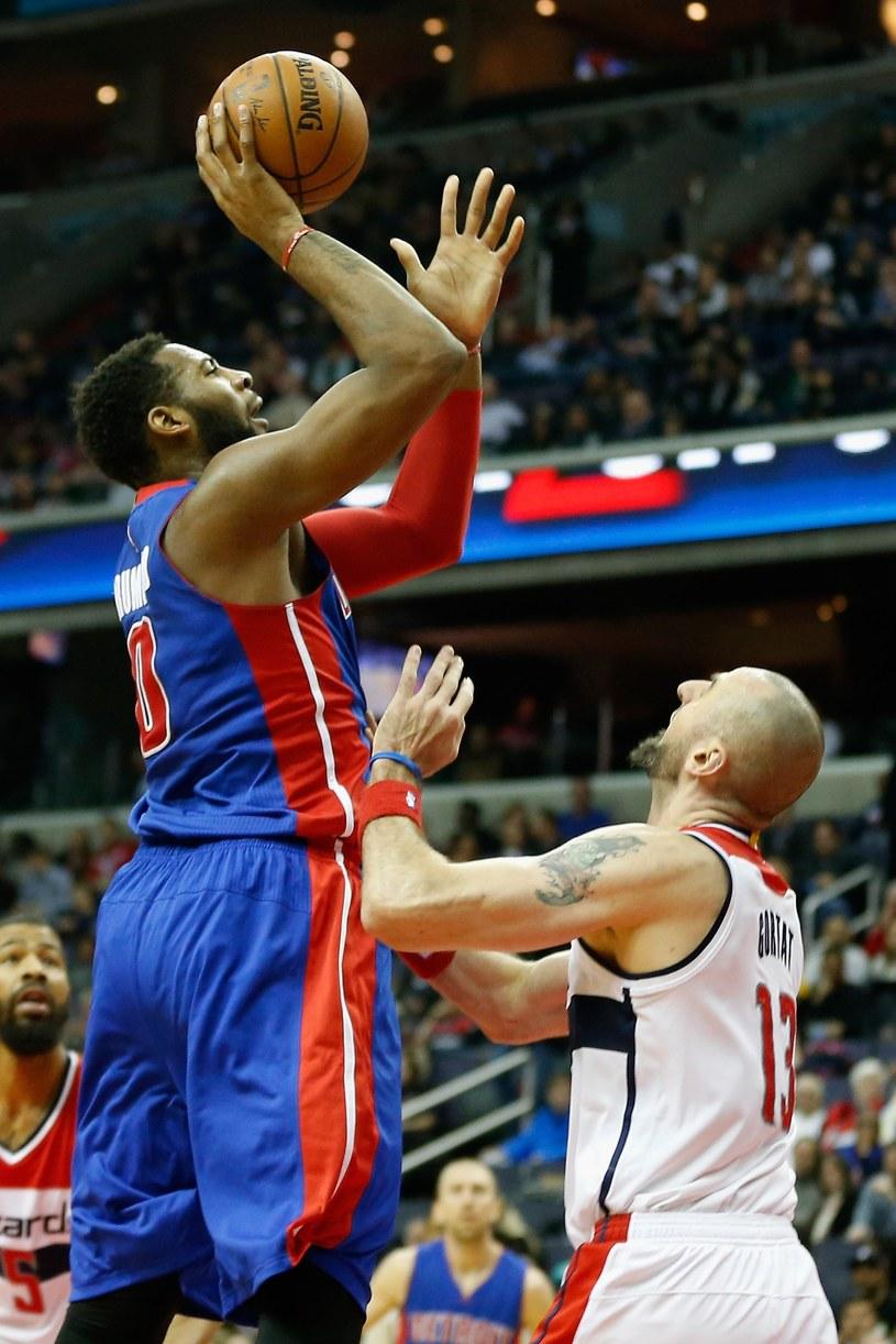 Andre Drummond (Pistons) kontra Marcin Gortat (Wizards) /AFP