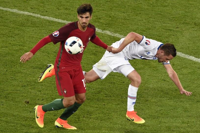Andre Gomes (z lewej) podczas meczu Portugalia - Islandia /AFP