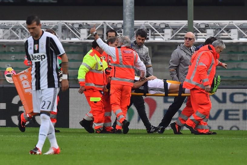 Andrea Barzagli opuszcza boisko na noszach /AFP