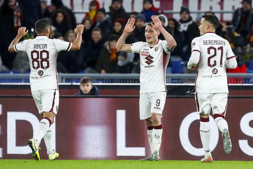 Andrea Belotti (w środku) zdobył obie bramki dla Torino /PAP/EPA/ANGELO CARCONI /PAP/EPA