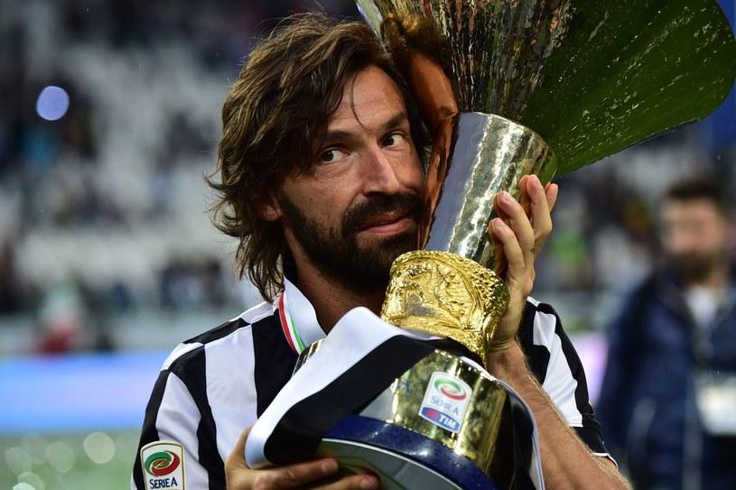 Andrea Pirlo jeszcze jako piłkarz z trofeum za mistrzostwo Włoch. Czy uda mu się zdobyć w środę pierwsze trofeum jako szkoleniowiec Juventusu? /GIUSEPPE CACACE /AFP