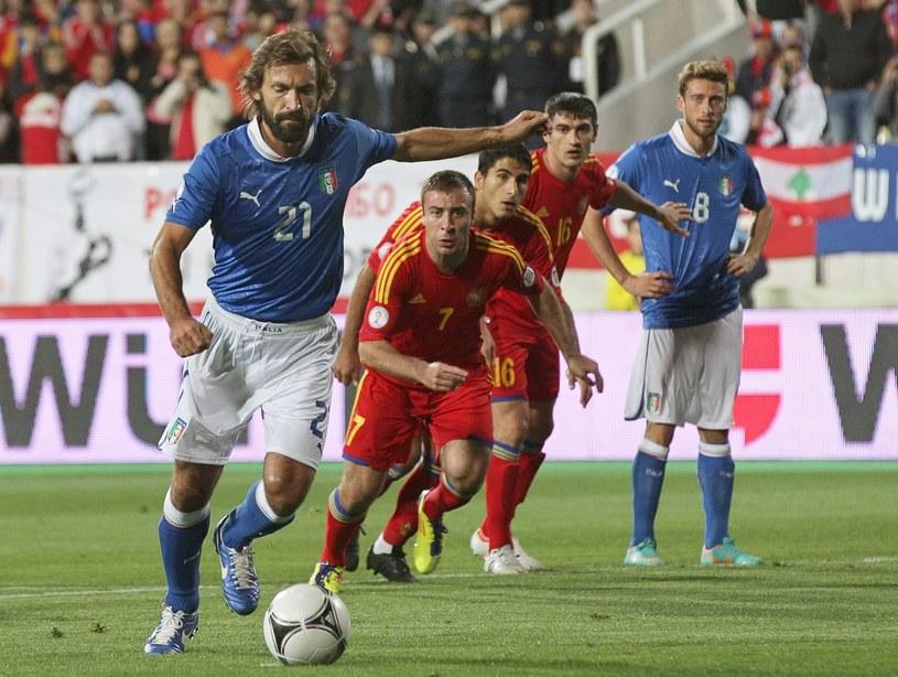 Andrea Pirlo strzela gola dla Włochów w meczu z Armenią /PAP/EPA