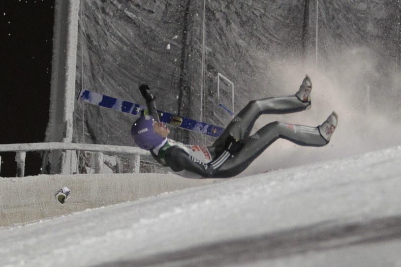Andreas Wellinger miał groźny upadek w Kuusamo /PAP/EPA