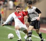 Andreas Zikos (z lewej) walczy o piłkę z Young-Pyo Lee /AFP