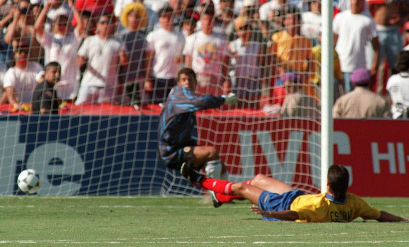 Andres Escobar pakuje piłkę do własnej bramki. Za ten błąd zapłacił najwyższą cenę /AFP