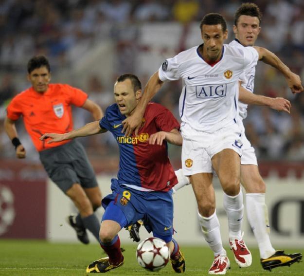 Andres Iniesta i Rio Ferdinand podczas finału Ligi Mistrzów w 2009 roku /AFP