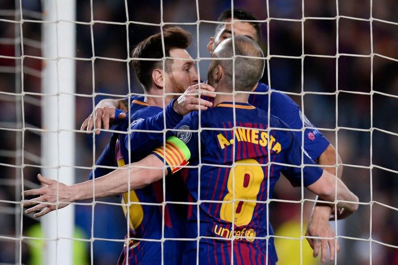 Andres Iniesta (na pierwszym planie), obok Lionel Messi, w tle Luis Suarez /AFP