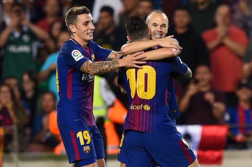 Andres Iniesta (P) cieszy się ze strzelonego gola /AFP