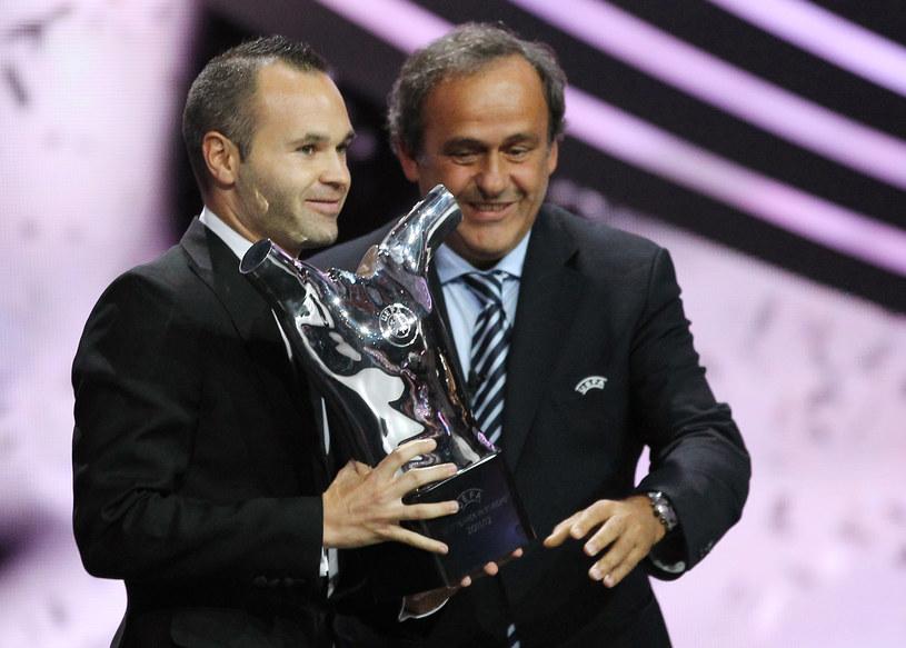 Andres Iniesta z nagrodą, którą odebrał z rąk Michela Platiniego /AFP