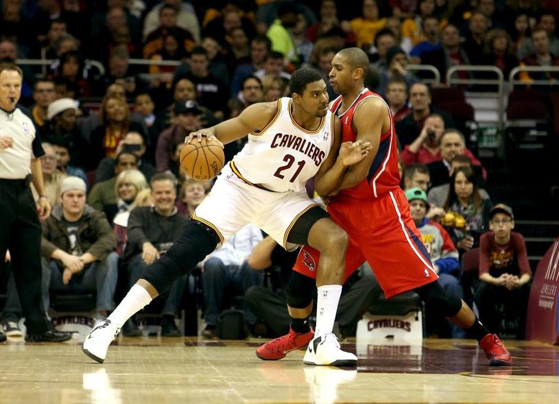 Andrew Bynum (z lewej) został zawieszony przez Cleveland Cavaliers /AFP