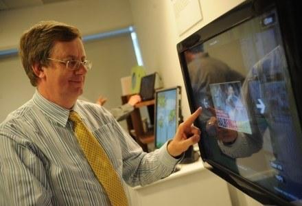 Andrew Herbert, szef Microsoft Research w Cambridge, i jeden z wynalazków autorstwa jego zespołu /materiały prasowe