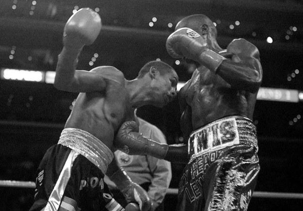 Andrew Lewis (po prawej) na ringu /LEE CELANO   /PAP/EPA