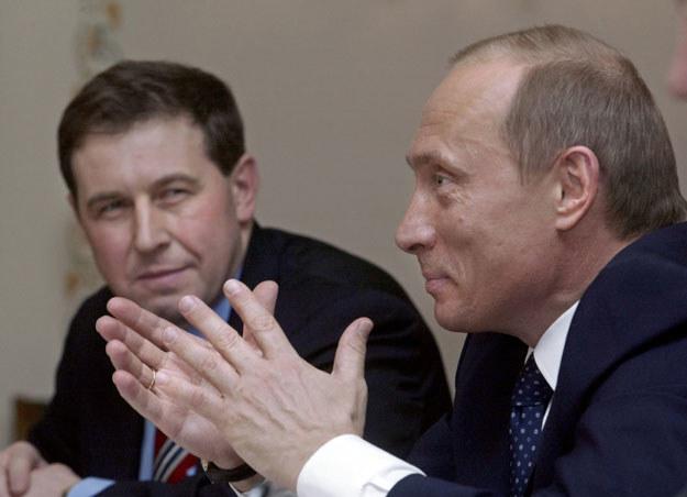 Andriej Iłłarionow obserwuje Władimira Putina. Zdjęcie z 2004 roku fot. Sergei Ilnitsky /AFP