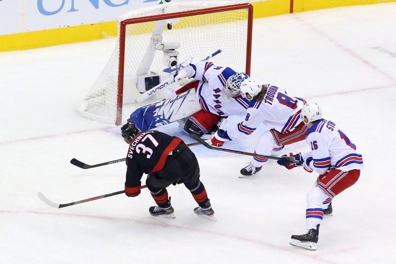 Andriej Swiecznikow strzela gola w meczu z New York Rangers /AFP