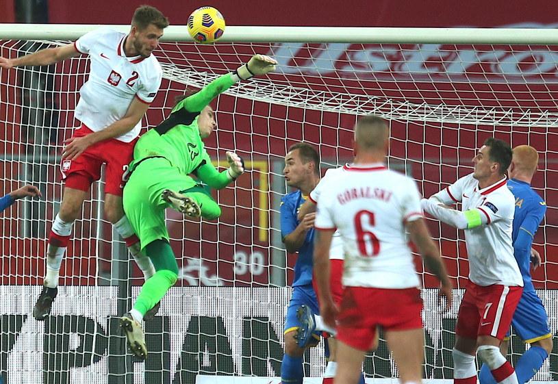Andrij Łunin walczy o piłkę z Pawłem Bochniewiczem / Andrzej Grygiel    /PAP