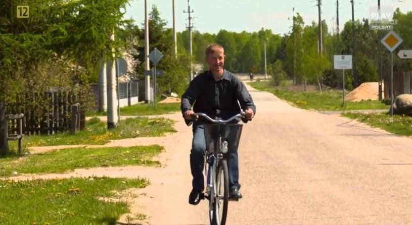 """Andrzej """"Andelek"""" Kuta po rodzinnej miejscowości porusza się na niemal zawsze na rowerze / /"""