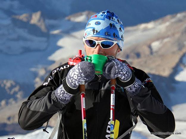 Andrzej Bargiel w trakcie odpoczynku podczas biegu na Elbrus /fot. Elbrus Race /