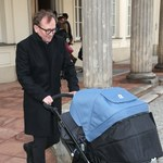 Andrzej Chyra z wózkiem na oficjalnej imprezie! Ależ jest szczęśliwy!