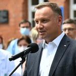 Andrzej Duda chce zakazu adopcji dzieci przez pary jednopłciowe. Dziś podpisze projekt zmiany konstytucji