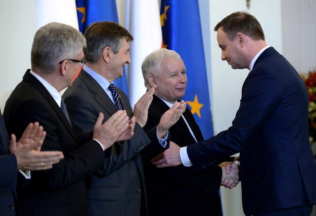 Andrzej Duda i Jarosław Kaczyński podczas zaprzysiężenia rządu Beaty Szydło /Jacek Turczyk /PAP